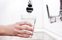 Czysta woda w kuchni. Jak poprawić smak i jakość wody?