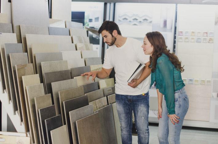 Para wybiera płytki ceramiczne w sklepie