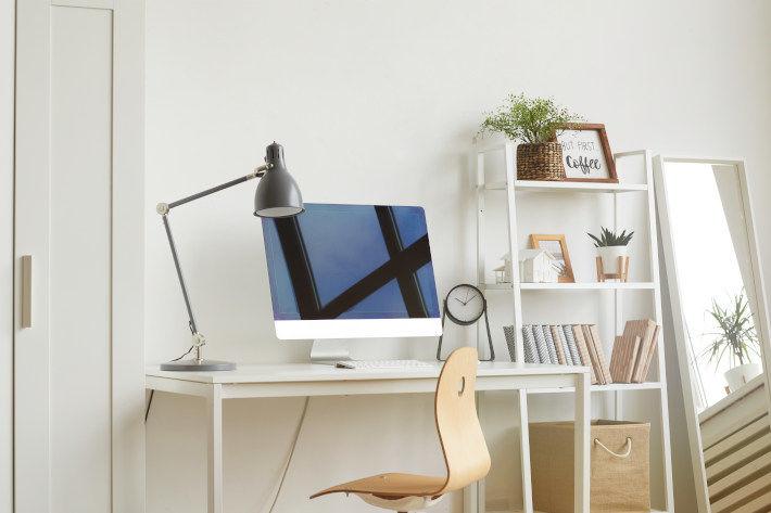 Biurko przygotowane do pracy z domu