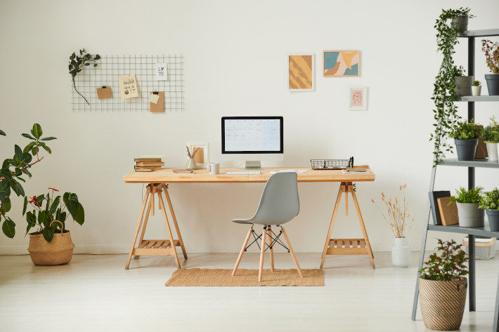 Domowe biuro - biurko, krzesło i monitor