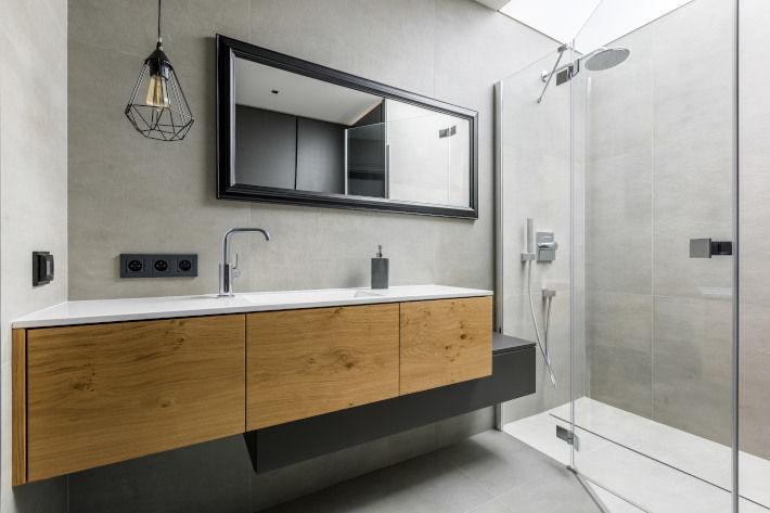 Prysznic w łazience industrialnej