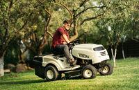 Czym kierować się przy wyborze traktorka ogrodowego?