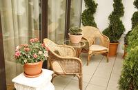 Jak urządzić mały balkon w bloku? Aranżacje i inspiracje