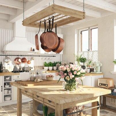 Rustykalna kuchnia zdobiona kwiatami
