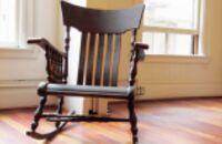 Renowacja i odnawianie starego krzesła