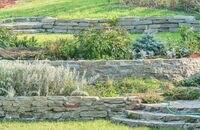 Jak zbudować mur oporowy w ogrodzie?