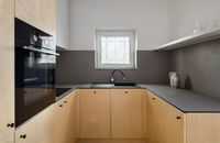 Fornir drewniany. Czym jest i jak można go wykorzystać w kuchni?