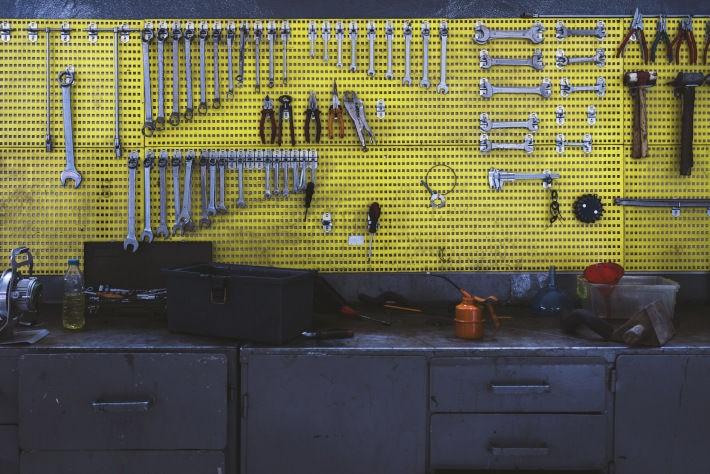 Tablica narzędziowa w garażu. Ściana z kluczami, kombinerkami, młotkami
