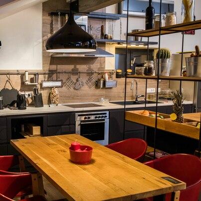 Przytulna kuchnia w czerni