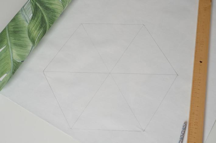 Sześciokąt równoboczny z prostymi liniami łączącymi kąty, narysowany na tapecie za pomocą ołówka