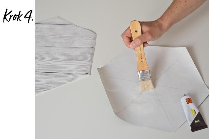 Smarowanie klejem wewnętrznej strony tapety wyciętej w kształt sześciokąta równobocznego