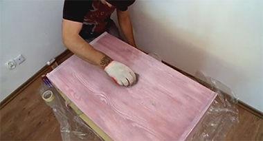 Woskowanie powierzchni mebla